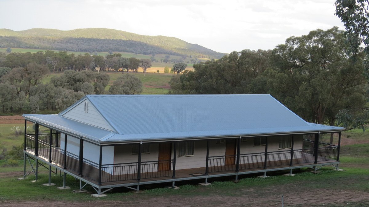 Great view of the newly built traditional country style how located in Cowra. The Williams couldn't be happier with the great and spacious home that is located in a beautiful country landscape. Contact Met Kit Homes today!