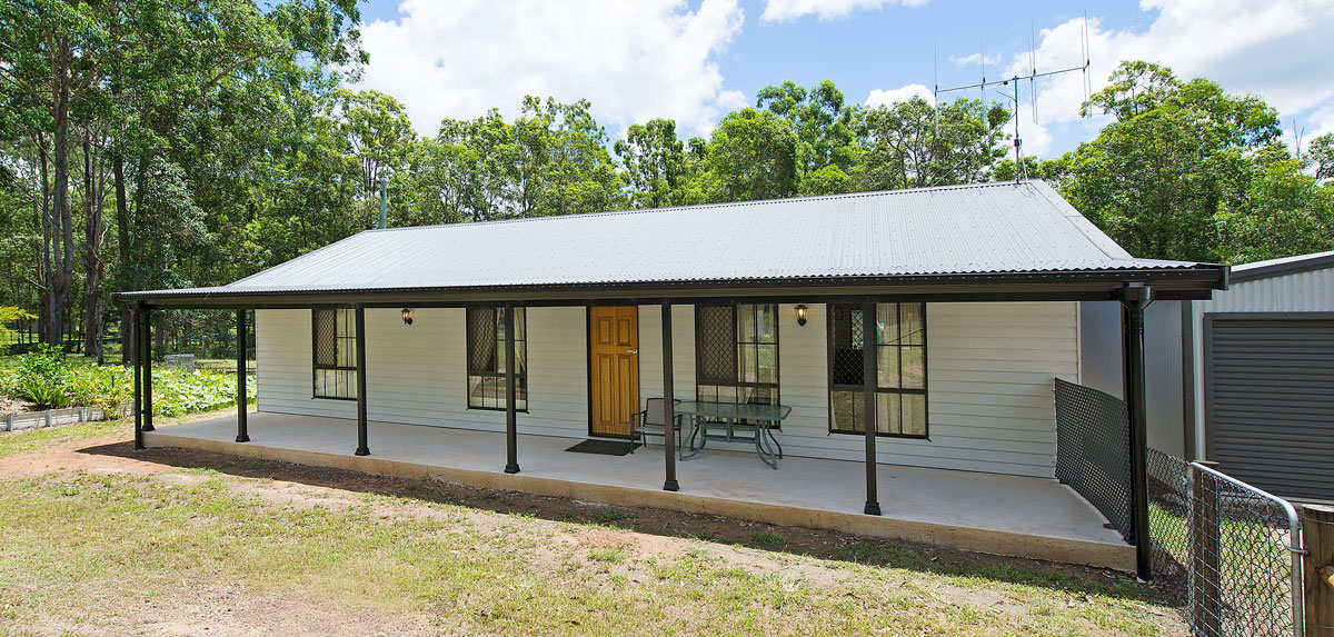 Along with ease of redesigning the Hastings 3 design the couple also included a spacious front verandah over-looking the Glenwood rural property. After building on their property they are grateful to enjoy it with such a well designed and built Met Kit Home.